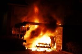 Auto in Cuijk door brand verwoest, omwonenden horen iemand wegrennen