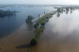 Deze dronebeelden laten zien hoe het waterpeil in de Maas bij Megen stijgt