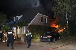 Metershoge vlammen bij brand achter huis in Mill, schuurtje en overkapping verwoest