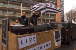 Paul bakt hamburgers en spareribs aan huis in Cuijk met zijn carbecue