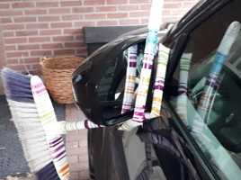 Dronken man vouwt bezem om autospiegel