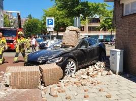 Tesla ramt gevel in Wijchen, veel schade maar geen gewonden
